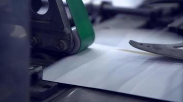 cinta transportadora con sobre postal