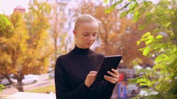 retrato, mujer caucásica, utilizar, dispositivo, aire libre
