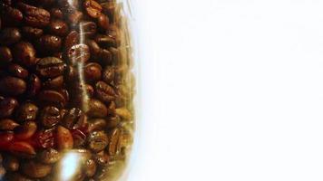 grãos de café na jarra