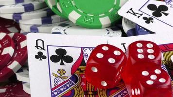 dados vermelhos e cartas de pôquer