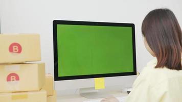 mujer comprobando el pedido en línea en la computadora