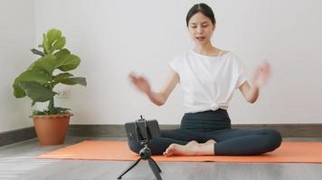 donna insegna posizioni yoga online