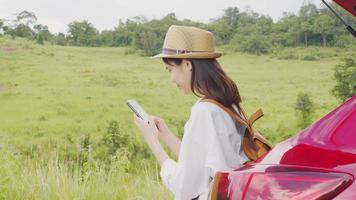mulher passando nas redes sociais no telefone dela. video
