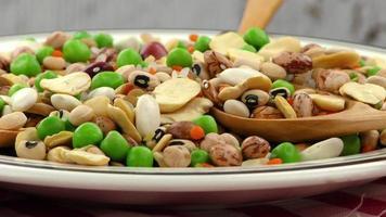 Mezcla de legumbres en un plato video