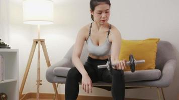 mujer haciendo ejercicios con pesas video