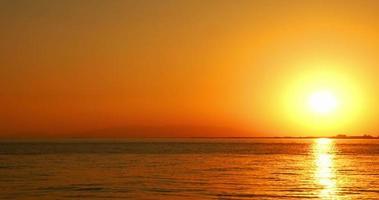 pôr do sol do oceano amarelo e vermelho