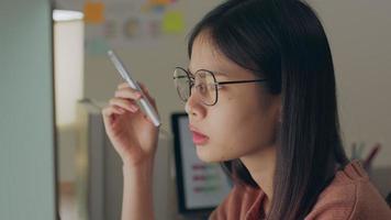 mujer de negocios, mirar computadora, y, tener ideas