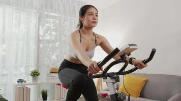 mujer ejercita con bicicleta