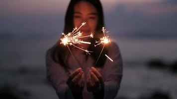 joven asiática sosteniendo bengala. video