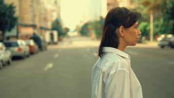 mujer caucásica caminando en la ciudad