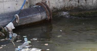 basura contaminación del agua video