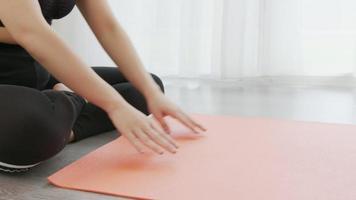 donna rotola la stuoia di yoga arancione