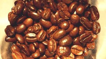 moendo grãos de café