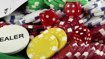 dados vermelhos, um dealer escrito e fichas de jogo