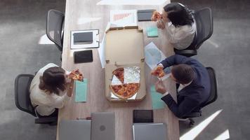 los empleados almuerzan en el trabajo