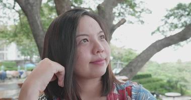 mujer asiática toma selfie en smartphone video