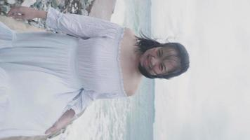vertical, cámara lenta, asiático, pelo corto, mujer, ambulante, en, playa
