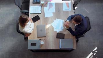 trabalhadores conversando em um escritório moderno video