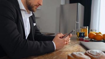 homem caucasiano trabalhando enquanto está sentado na cozinha video