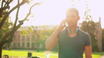 chico feliz hablando por teléfono en la calle