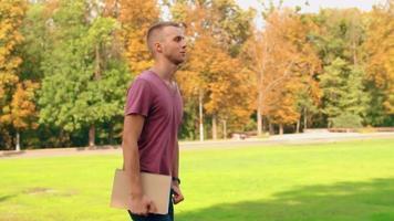 junger Mann geht zur Universität
