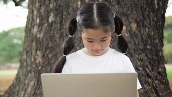 asiatisches Kind Mädchen mit Laptop.