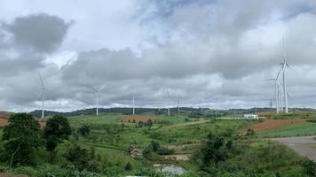 vista del paisaje con turbinas eólicas video