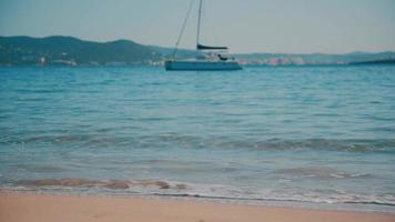 barco à vela na praia de cala bassa