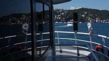 Reflexionen an den Bootsfenstern video