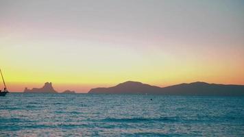 Segelboot am Meer mit Berginselhintergrund video