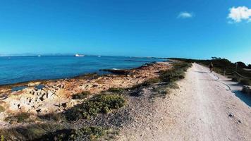 felsige Strandstraße der Baleareninsel Formentera