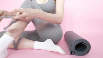 mujer asiática, llevando, traje deportivo, con, yoga, mat
