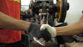 Händeschütteln zwischen zwei Fabrikarbeitern