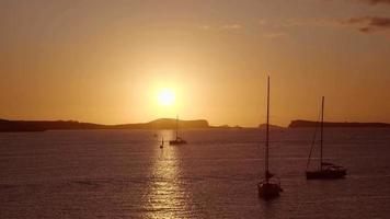 Zeitraffer des Sommersonnenuntergangs auf Ibiza video