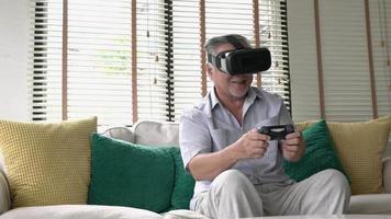 anciano asiático jugando videojuegos.