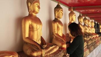 Mädchen, das für Buddha betet