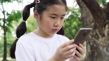 niña con smartphone. video