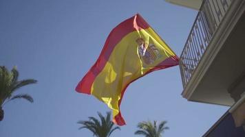 bandera española ondeando en el viento con cielo azul video