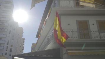 câmera lenta planada da bandeira espanhola balançando ao vento