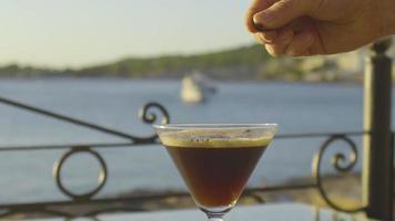 barman dando los toques finales a un cóctel