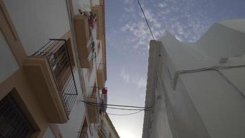 schmale spanisch aussehende Straße der Stadt Ibiza tagsüber video