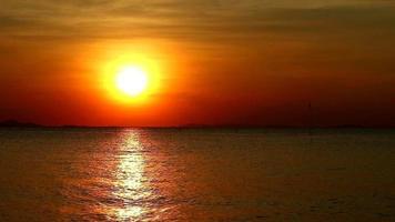 puesta de sol cielo oscuro reflexión superficie del mar
