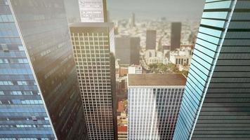 volando entre la animación de rascacielos video