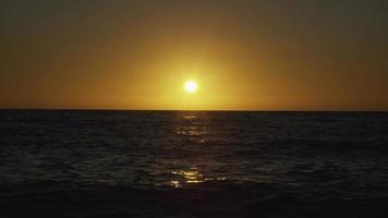 puesta de sol pinta el cielo de amarillo en el mar