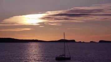 pôr do sol no horário de verão de ibiza, espanha