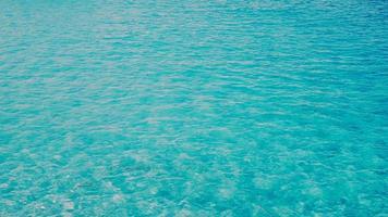 blaugrünes türkisfarbenes transparentes Meerwasser video