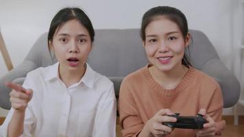 duas mulheres jogando videogame
