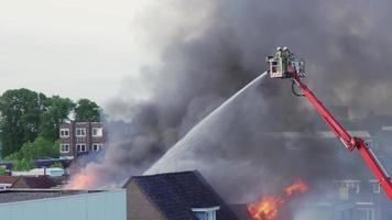 bombeiro lutando contra fogo de uma plataforma video