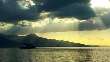 o mar e a balsa no pôr do sol