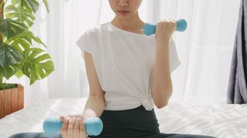 mulher exercícios com halteres azuis